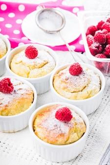 Ciasta malinowe z twarogiem i jagodami