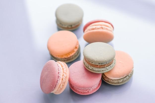 Ciasta piekarnia i branding koncepcja francuskie makaroniki na niebieskim tle paryska szykowna kawiarnia deser słodkie jedzenie i ciasto makaronik dla luksusowych wyrobów cukierniczych marki wakacje tło projekt