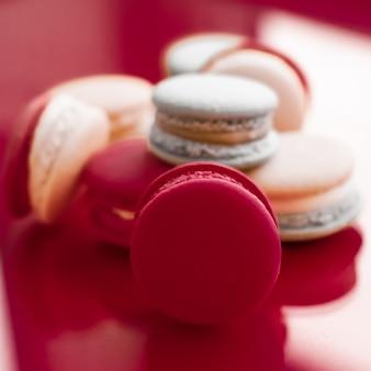 Ciasta piekarnia i branding koncepcja francuskie makaroniki na wino czerwone tło paryska szykowna kawiarnia deser słodkie jedzenie i ciasto makaronik dla luksusowych wyrobów cukierniczych marki wakacje tło projekt