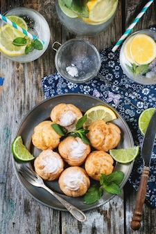Ciasta profiteroles z lemoniadą