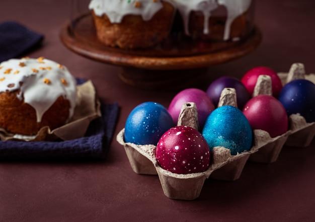 Ciasta wielkanocne, kolorowe jajka w kartoniku