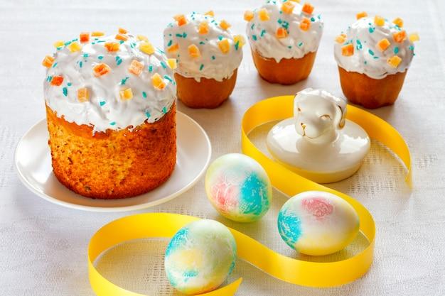 Ciasta wielkanocne z malowanymi jajkami.