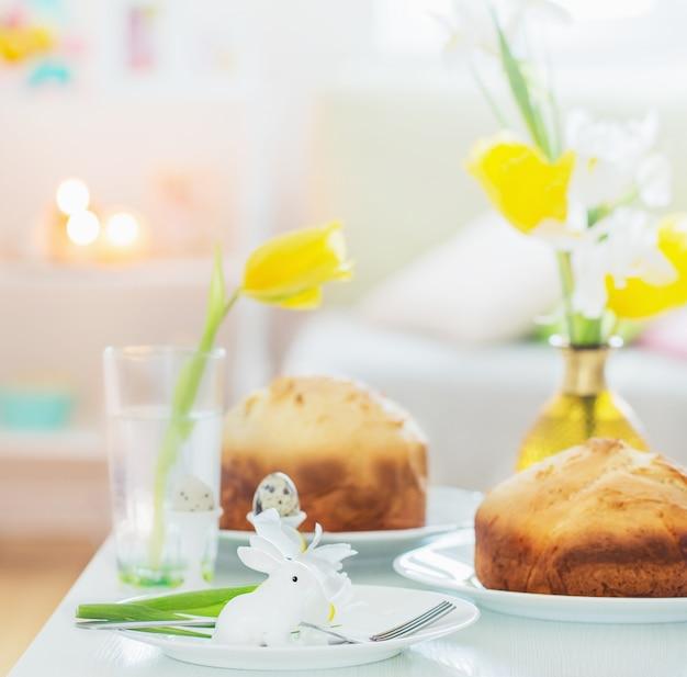 Ciasta wielkanocne z wiosennymi kwiatami w białym wnętrzu