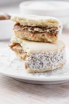 Ciasteczka alfajores na białym talerzu