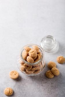 Ciasteczka amaretti w szklanym garnku