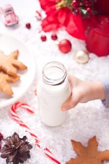 Ciasteczka, cukierki i mleko dla mikołaja na stole