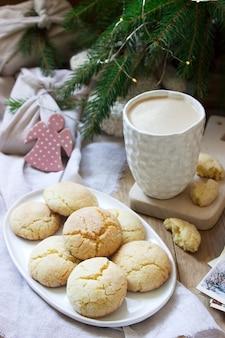 Ciasteczka cytrynowe crack w dekoracji świątecznej lub noworocznej. prezenty w opakowaniach wielokrotnego użytku, koncepcja ochrony środowiska. selektywna ostrość.