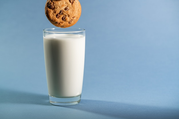 Ciasteczka czekoladowe biszkoptowe maczane w szklance mleka.
