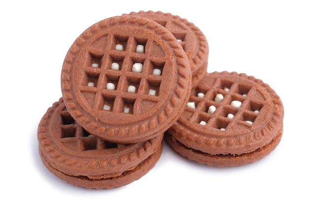 Ciasteczka czekoladowe mleczna śmietana wypełnione brązowy na białym tle