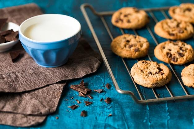 Ciasteczka czekoladowe na niebieskim drewnianym stole