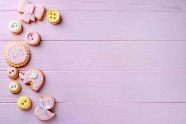 Ciasteczka dla dzieci ozdobione glazurą na podłoże drewniane