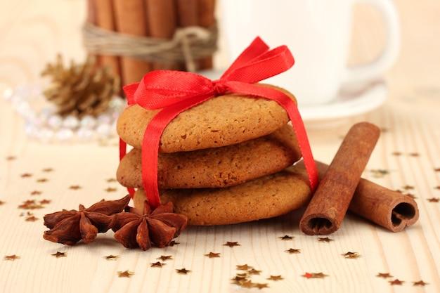 Ciasteczka dla świętego mikołaja: konceptualny obraz imbirowych ciasteczek, mleka i świątecznych dekoracji na jasnym tle