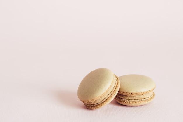 Ciasteczka francuskie makaroniki o smaku kawy. koncepcja żywności wakacje z miejsca na kopię.