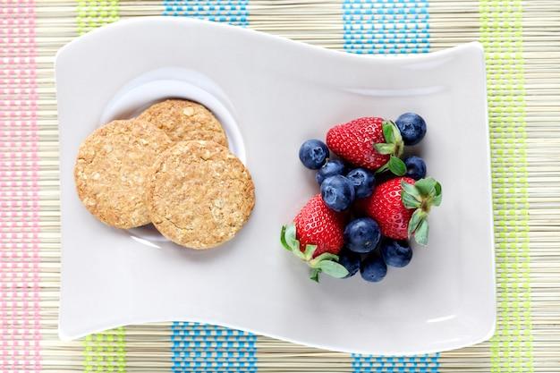 Ciasteczka i czerwone owoce