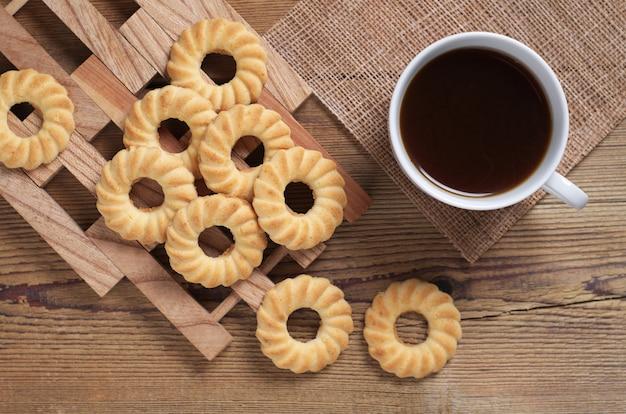Ciasteczka i kawa na podłoże drewniane, widok z góry