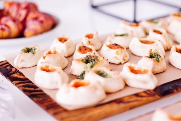 Ciasteczka i rogaliki słodkie desery serwowane na imprezie charytatywnej jedzenie napoje i koncepcja menu...