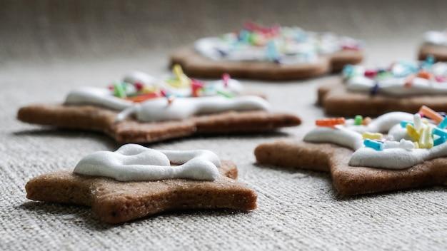 Ciasteczka imbirowe z dekoracją świąteczną