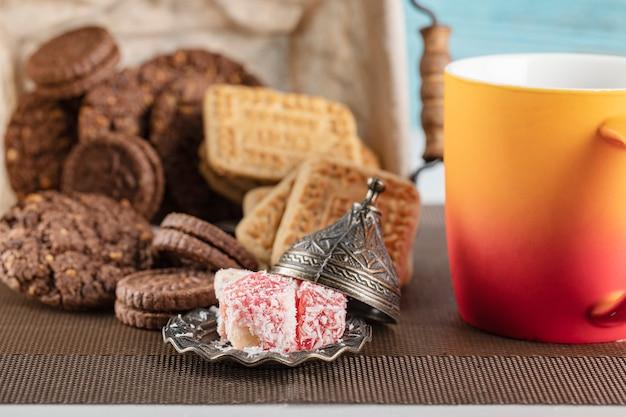 Ciasteczka kakaowe i niesolone masło z filiżanką napoju