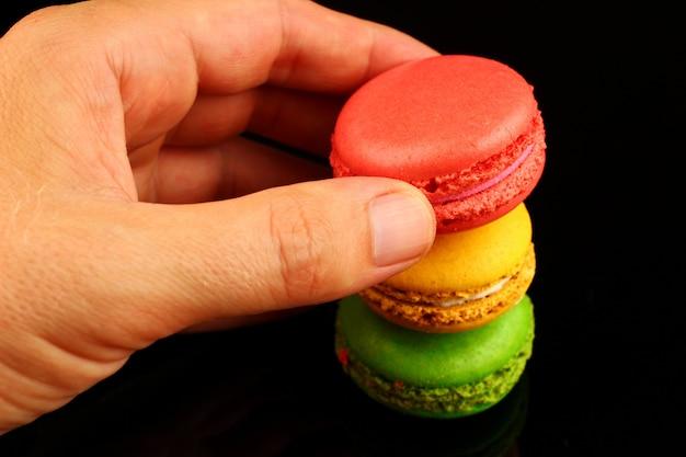 Ciasteczka makaronik kolorowe ciasteczka w ręku