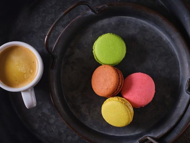 Ciasteczka makaronikowe i filiżanka kawy - widok z góry