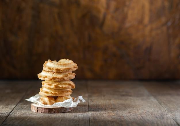 Ciasteczka maślane ułożone na tle stół z drewna.