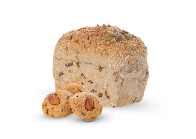 Ciasteczka migdałowe i chleb zbożowy na białym tle.