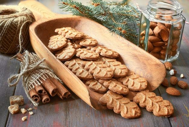 Ciasteczka migdałowe w drewnianej łopacie larde z orzechami migdałów, cukrem i cynamonem