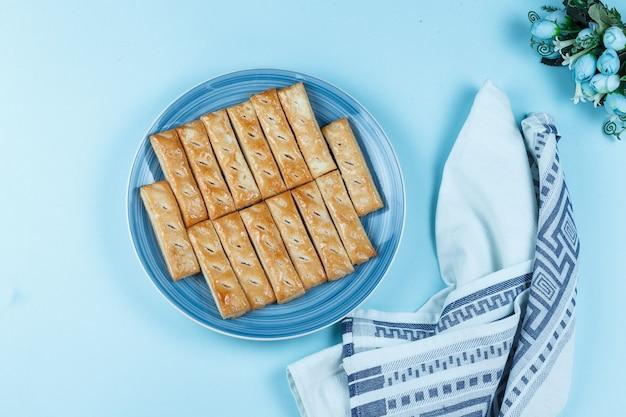 Ciasteczka na talerzu na niebieskim tle