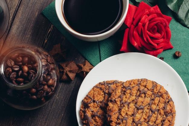 Ciasteczka na talerzu słodycze deser śniadanie drewniany stół