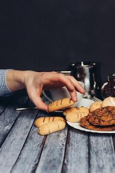 Ciasteczka na talerzu słodycze tea party deser śniadaniowy