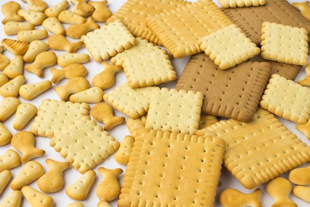 Ciasteczka o różnych kształtach na białym tle