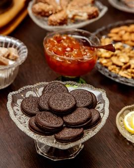 Ciasteczka oreo podawane w kryształowym naczyniu