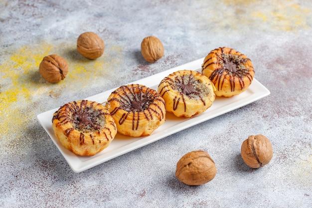Ciasteczka orzechowe i czekoladowe z orzechami wokół, widok z góry