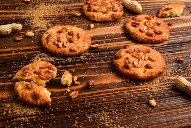 Ciasteczka orzechowe na drewnianym stole z cukrem.