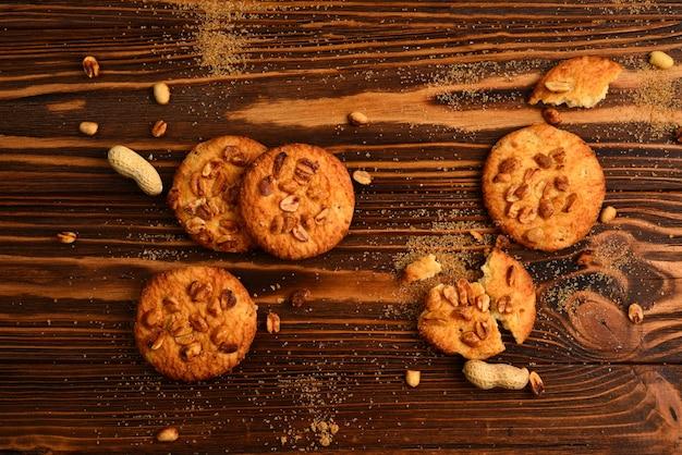 Ciasteczka orzechowe na drewnianym stole z cukrem