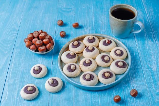 Ciasteczka orzechowe z orzechami laskowymi, widok z góry