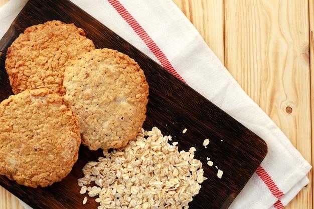 Ciasteczka owsiane i płatki owsiane na powierzchni drewnianych