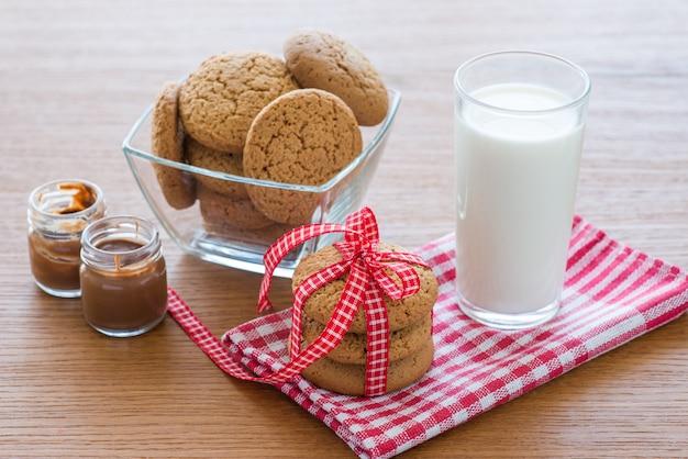 Ciasteczka owsiane i szklanka mleka