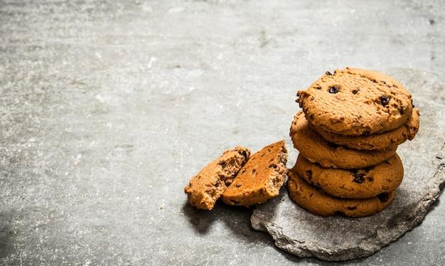 Ciasteczka owsiane na kamiennym stojaku. na kamiennym stole.