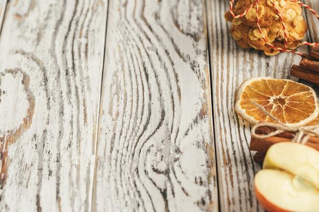 Ciasteczka owsiane na stare drewniane tła z cynamonem i dekoracje