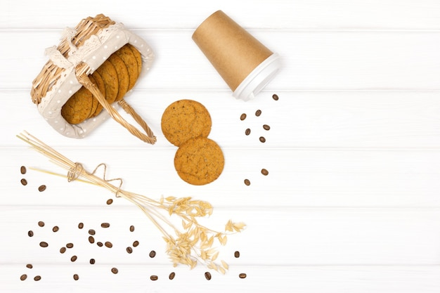 Ciasteczka owsiane papierowa filiżanka kawy miejsce na kopię zdrowy deser do kawy na wynos minimalna koncepcja