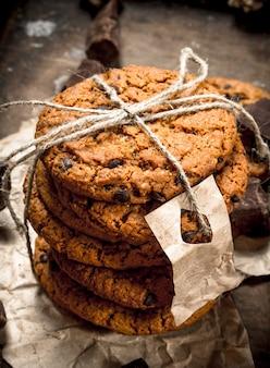 Ciasteczka owsiane z czekoladą. na drewnianym tle.
