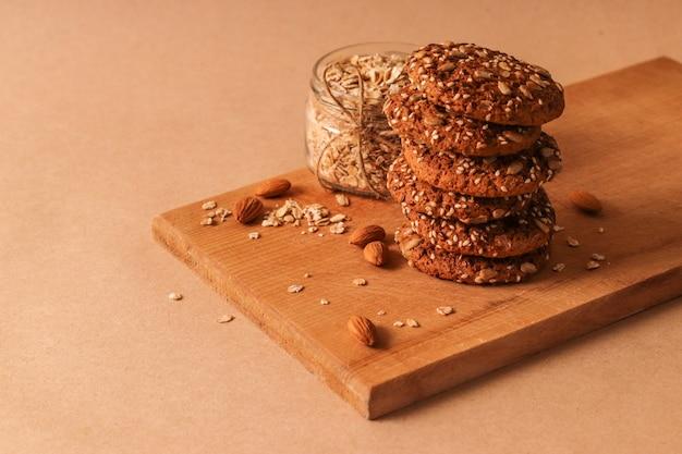 Ciasteczka owsiane z mlekiem na czerwonym tle. koncepcja przekąski zdrowej żywności.