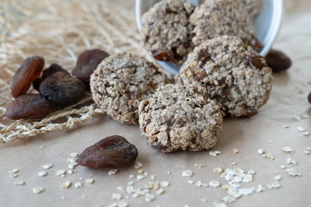 Ciasteczka owsiane z nasionami i suszonymi morelami.