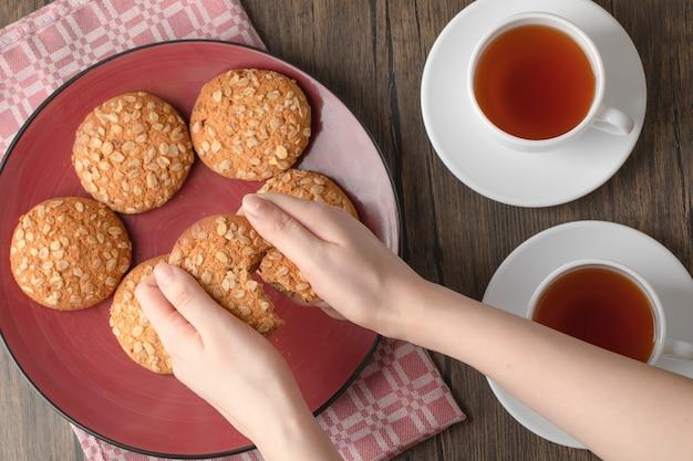 Ciasteczka owsiane z nasionami i zbożami umieszczonymi na drewnianym stole.