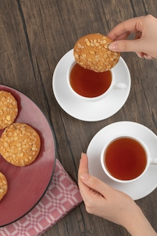 Ciasteczka owsiane z nasionami i zbożami umieszczonymi na drewnianym stole