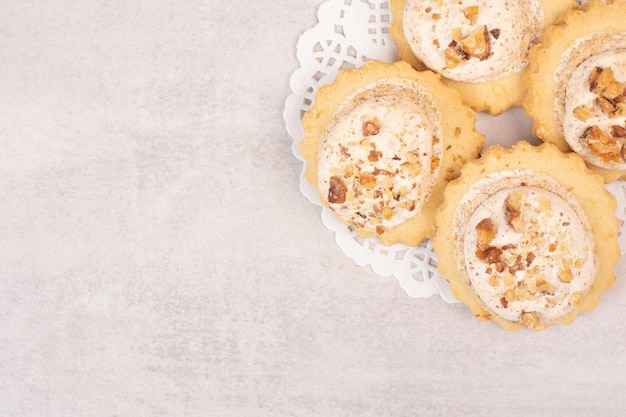 Ciasteczka owsiane z rodzynkami na białym stole.
