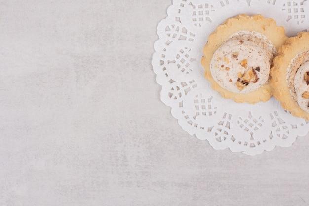 Ciasteczka owsiane z rodzynkami na białym tle.