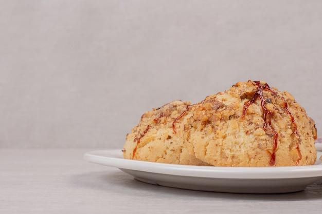 Ciasteczka owsiane z sosem karmelowym na białym tle.