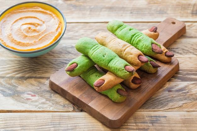 Ciasteczka sałatkowe i hummus z dyni na halloween